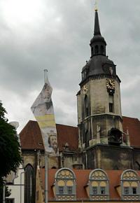 Naumburg, Uta-Fahne vor Wenzelskirche