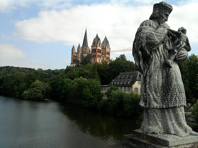 Limburg, Dom von der alten Lahnbrücke aus
