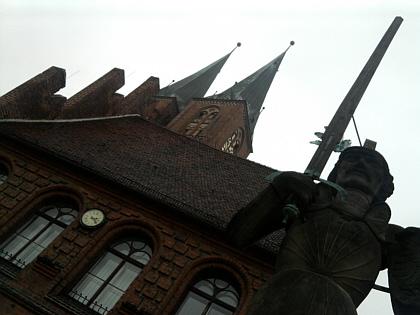 Stendal, Roland und Kirchtürme (wieder Marienkirche)