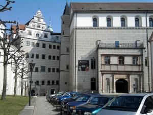 Neuburg, Schloss von außen mit lutheranischer Kapelle (zweiter Eingang von rechts)