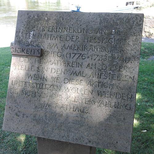 Bad Karlshafen, denkmalartige Tafel, die zur Errichtung eines Denkmals für die Hessians im amerikanischen Unabhängigkeitskrieg auffordert