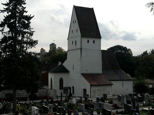 Pappenheim, Galluskirche mit Burg im Hintergrund