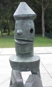 Brühl, Skulptur vorm Max-Ernst-Museum