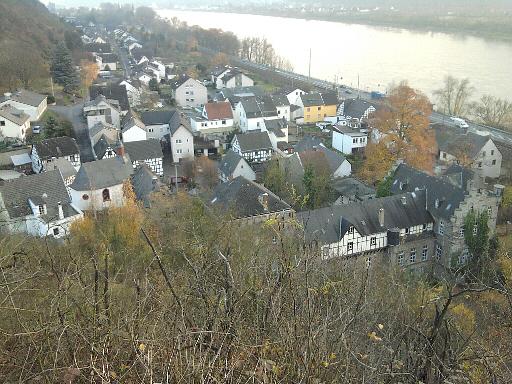 Ariendorf am Rhein von oben, mit 'Burg' (unten rechts)