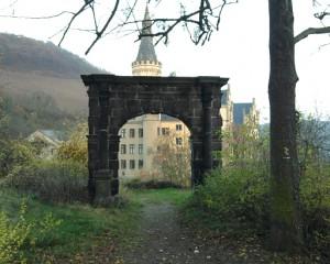 Bad Hönningen, Schloss Arenfels hinter rätselhaftem Torbogen
