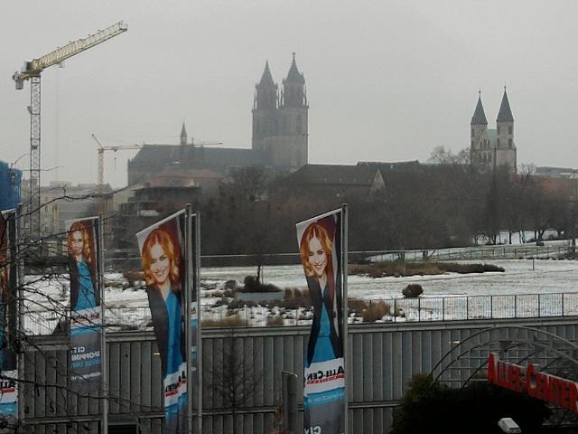 Magdeburg, Dom und Klosterkirchen-Kunstmuseum hinter Shopping-Flaggen