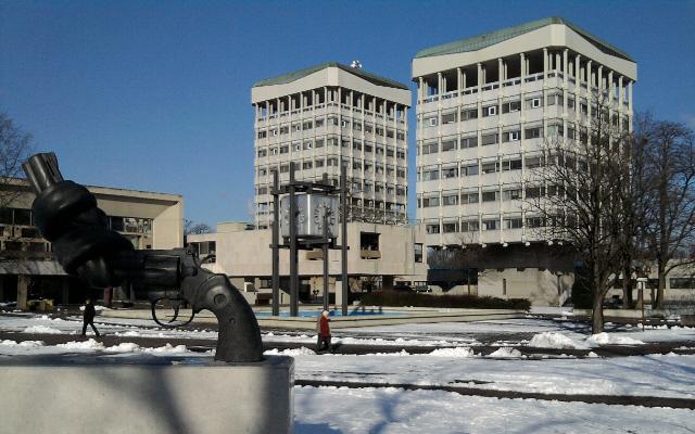 Marl, Rathaus (Kunstwerk im Vordergrund: C.F. Reuterswärds Statue 'Non Violence')