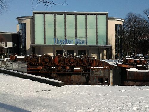 Marl, Theater (Kunstwerk im Vordergrund: 'La Tortuga' von Wolf Vostell)