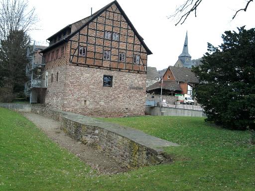 Bodenwerder, Münchhausen-Museum mit Rest der einstigen Stadtmauer