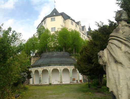 Greiz, Schanzengarten des oberen Schlosses mit Sandstein-Fortuna und Pavillon von 1751