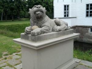 Ahrensburg, steinerner Löwe vorm Schloss