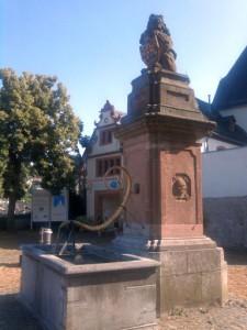 Diez, Friso-Brunnen vorm Grafenschloss