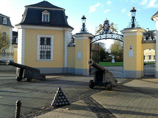 Neuwied, Kanonen vorm Schlossportal