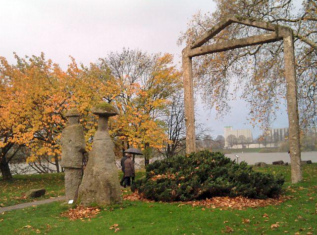 Köln-Stammheim, Schlosspark am Rhein (Plastik von Herbert Labusga)
