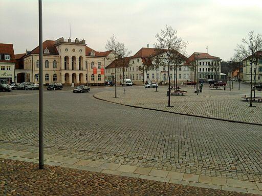 Neustrelitz, Teil des Straßensterns (Rondell) mit Rathaus im Hintergrund