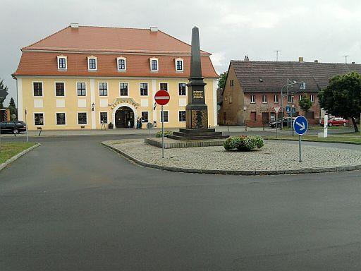 Doberlug, Zentrum mit altem Gasthof & Kriegermahnmal
