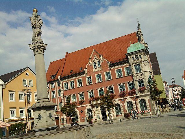 Mindelheim, Marienplatz mit Mariensäule, Rathaus und bunten Häusern
