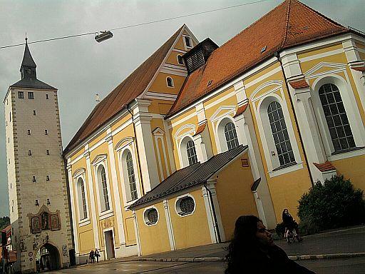 Mindelheim, Unteres Tor und Jesuitenkirche in der Maximilianstraße