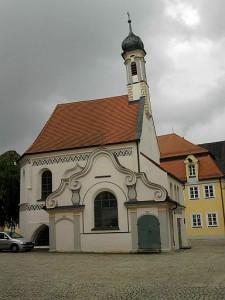 Mindelheim, kleiner Zwiebelkirchturm (Gruftkapelle vor der Stadtpfarrkirche)