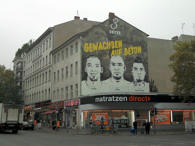 Berlin, Boatengs-Plakat an der Kreuzung Bad- und Pankstraße