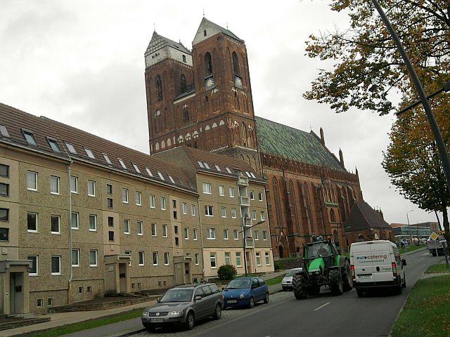 Prenzlau, Plattenbauten vorm Backsteindom St. Marien