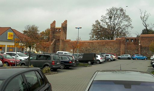 Prenzlau, Stadtmauer mit Turm (und Parkplatz)