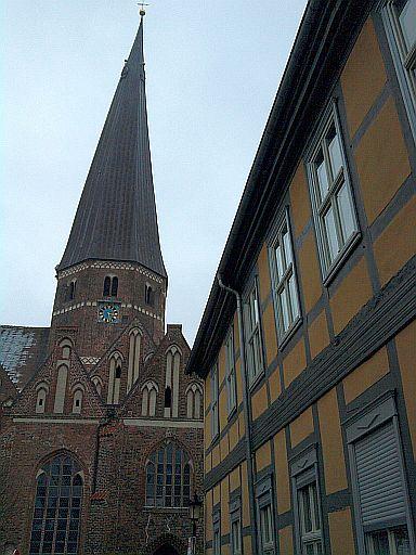 Salzwedel, Marienkirche mit aus manchen Blickwinkeln recht schiefem Turm