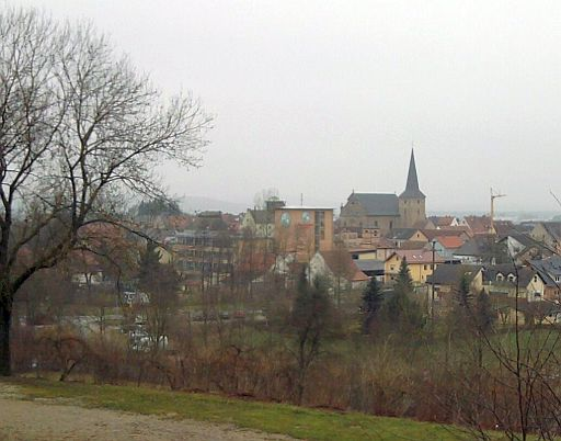 Buttenheim, Silhouette mit Kirche und zwei Brauereien