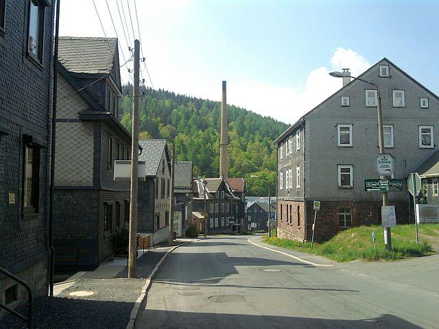 Lauscha, Hauptstraße mit Farbglashütte (und Glasmuseum)