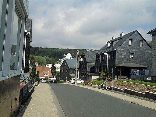 Lauscha, mit dampfender Fabrik im Hintergrund