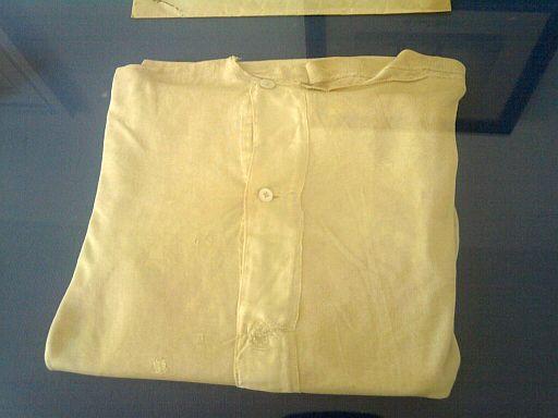 Friedrichsruh, Bismarck-Unterhemd mit (allerdings gestopftem) Attentats-Durchschuss