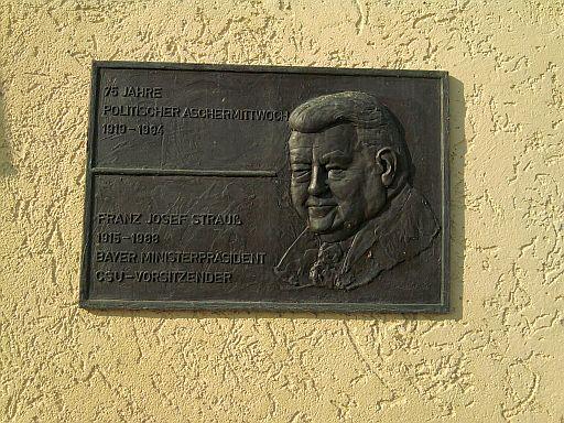 """Vilshofen, Franz-Josef-Strauß-Plakette am """"Wolferstetter Keller"""""""