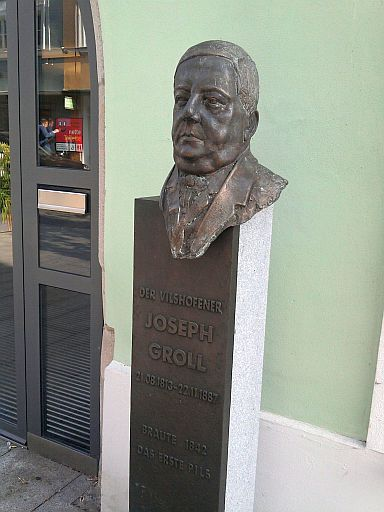 Vilshofen, Büste des Pils-Erfinders Joseph Groll vorm Rathaus
