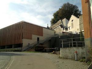 """Vilshofen, ehrfurchtgebietendes Parkhaus vorm """"Wolferstetter Keller"""""""
