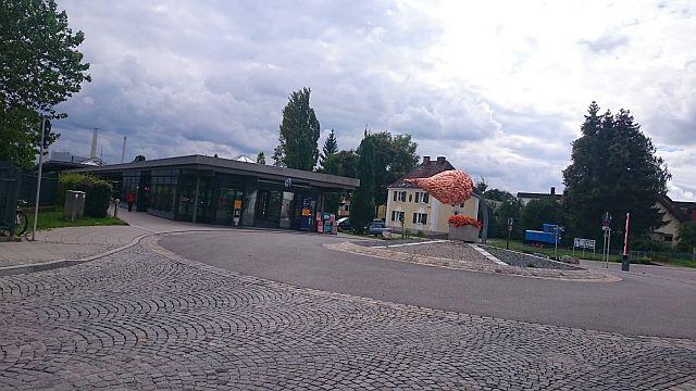 Unterföhring, Kunstwerk vorm S-Bahnhof