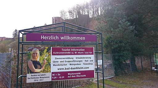 Bad Dürkheim, Willkommens-Plakat unter der Ruine Hardenburg