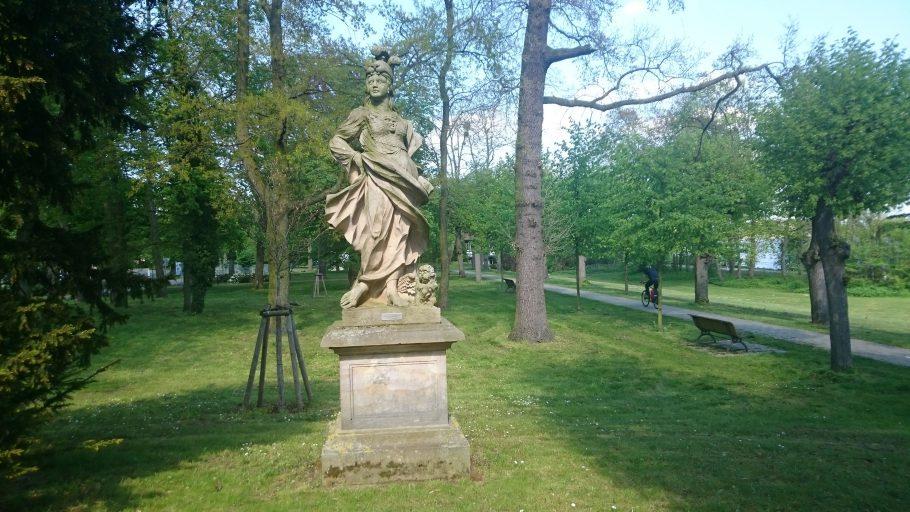 Schwedt, Sandsteinstatue im Hugenottenpark