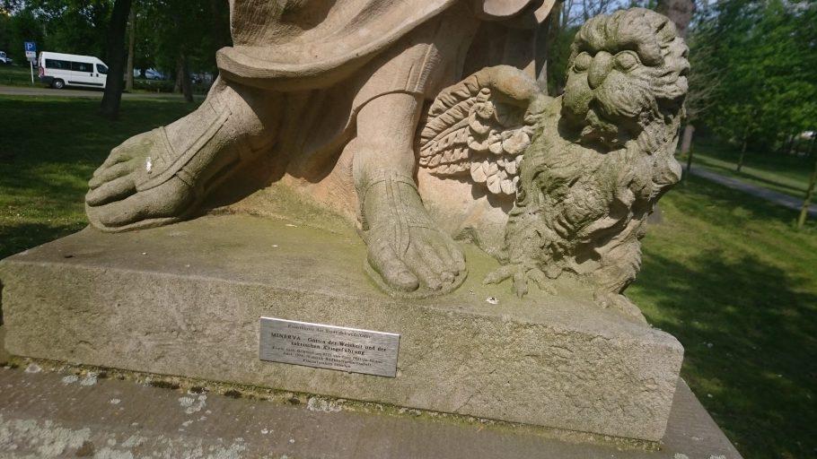 Schwedt, Sandsteinstatue (Hund und Herstellernachweis)