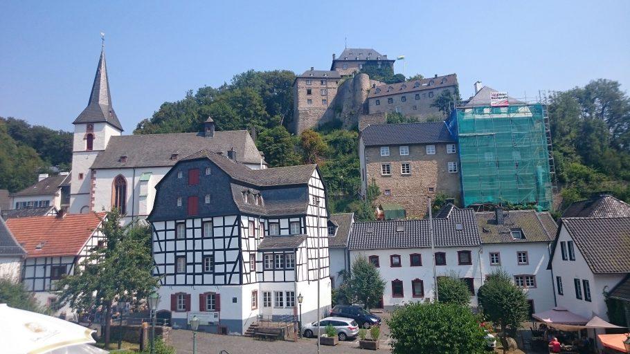 Blankenheim, gestaffelt (Burg-Schloss über Kirche überm Ort)