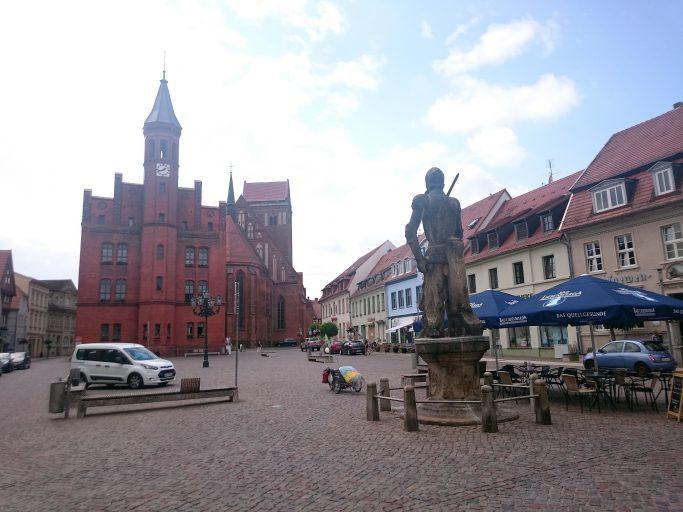 Perleberg, Marktplatz mit Roland und Rathaus