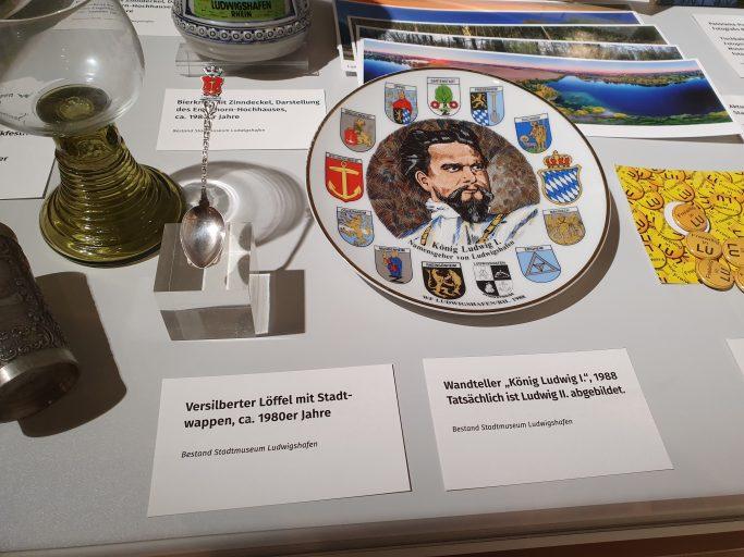 Ludwigshafen, falsch bebilderter Teller im Stadtmuseum