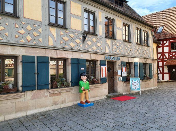 Zirndorf, Stadtmuseum mit Playmobile-Männchen davor