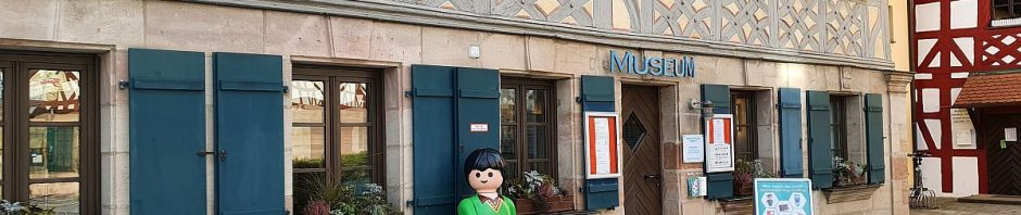 Playmobil-Männchen vorm Stadtmuseum Zirndorf